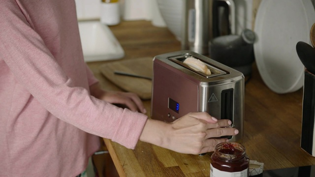 Russell Hobbs - Compact Home Mini-Toaster Video 7